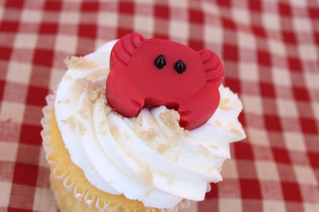 candy crab beach cupcakes - OhMy-Creative.com