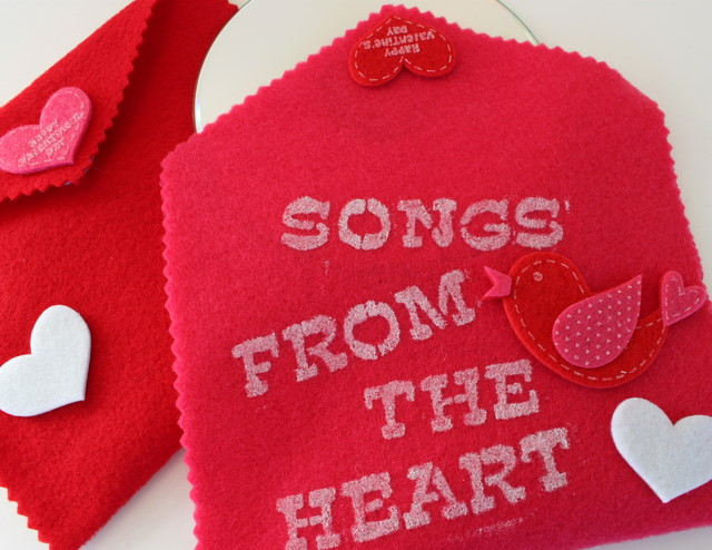 Give Songs from the Heart by creating a CD of favorite songs! Slip it into this DIY Felt Valentine Music CD Case | OHMY-CREATIVE.COM
