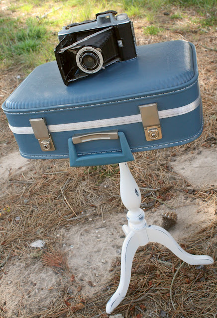 Vintage Suitcase Table included in these 20 DIY Vintage Suitcase Projects and Repurposed Suitcases. Create unique home decor using repurposed old suitcases! | OHMY-CREATIVE.COM