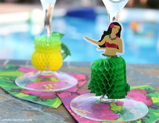 These Summer Party Glasses are super easy to make and great for a luau or pool party | OHMY-CREATIVE.COM