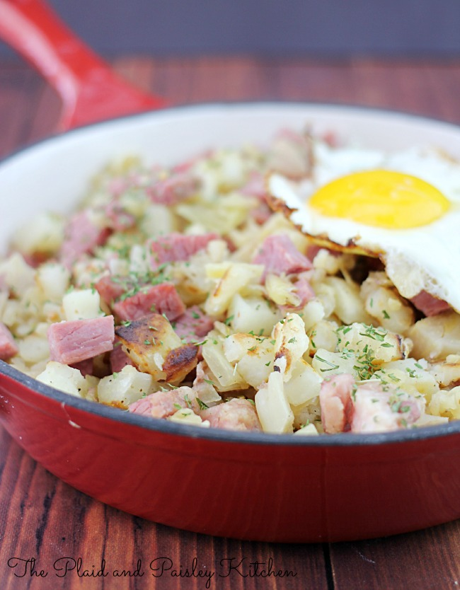 Corned Beef Hash Recipe - perfect for breakfast any day of the week or St. Patrick's Day! A tasty breakfast recipe! OHMY-CREATIVE.COM #cornedbeefhash #breakfastrecipes #breakfast #eggrecipes #stpatricksday #cornedbeef