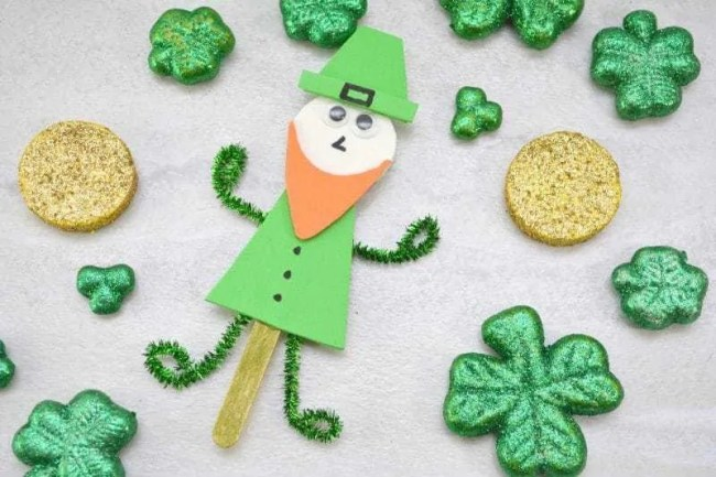 Leprechaun Stick Craft made with construction paper, Popsicle stick and pip cleaners.