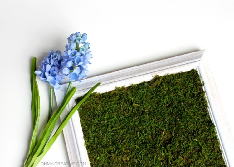 Transform a picture frame with a few craft supplies into this pretty Spring Moss Craft Frame Decor | OHMY-CREATIVE.COM
