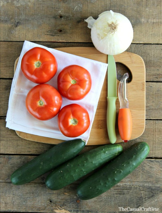 Easy Tomato Cucumber and Onion Salad | OhMy-Creative.com |  Cucumber Tomato and Onion Salad | Tomato Salad | Cucumber Salad with vinegar #saladrecipe #summersalad #cucumbersalad #cucumbertomatosonionsalad #salad