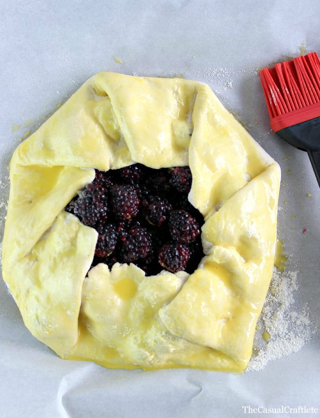 Blackberry Thyme Rustic Pie Recipe by www.thecasualcraftlete.com for www.ohmycreative.com