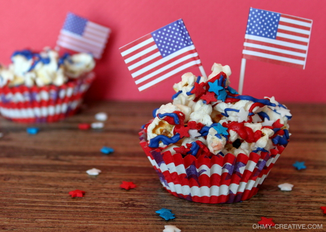 Get in the patriotic spirit with this Easy 4th of July Popcorn Dessert  |  OHMY-CREATIVE.COM