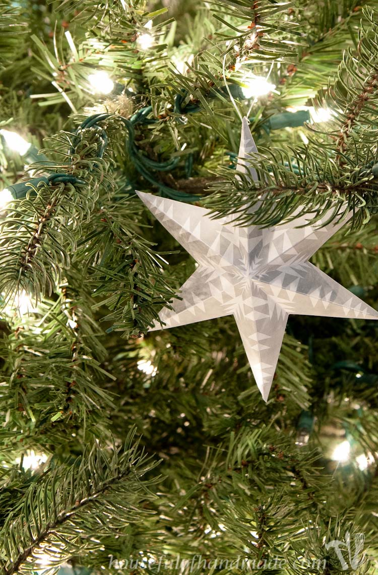 Trim the tree with these beautiful printable 3D snowflake star ornaments. Easy to print and fold and add instant style to your Christmas tree this year.   OHMY-CREATIVE.COM