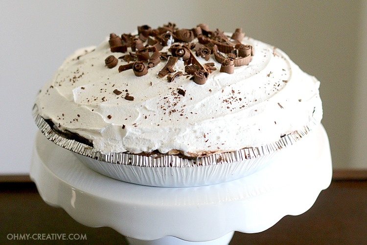 This easy Oreo Icebox Pie is a real crowd pleaser made with Oreos along with layers of pudding and sweet whipped cream...that's out-of-this-world delicious. It's A perfect no-bake dessert for summer picnics or to enjoy all year long! | OHMY-CREATIVE.COM