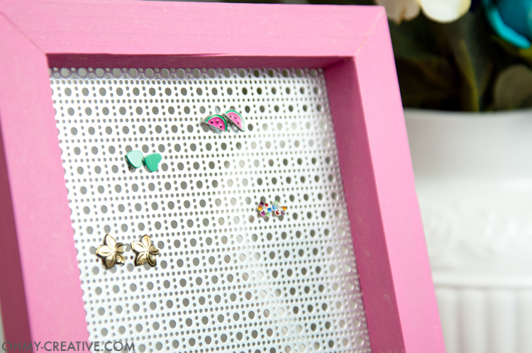 This is so easy even I could make it! Organize your favorite earrings with this DIY jewelry display holder. A quick and easy build that can be done without power tools. | OHMY-CREATIVE.COM