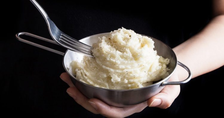 Butter Garlic Mashed Potatoes - 25 Thanksgiving Side Dishes to complete your Thanksgiving dinner! Including Thanksgiving vegetable side dish recipes, traditional Thanksgiving recipes as well as new recipes to try! | OHMY-CREATIVE.COM