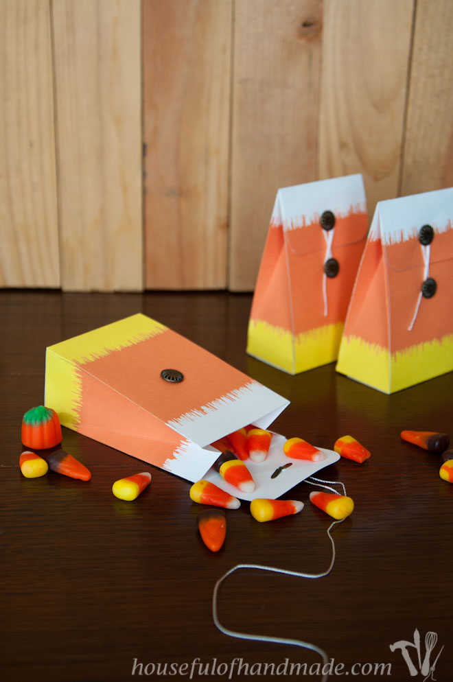 These Ikat Candy Corn Treat bags are perfect for giving adorable treats this fall. Free printable from Housefulofhandmade.com