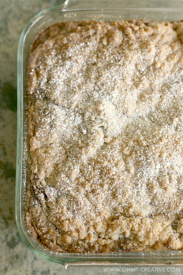 This Gingerbread Apple Pie Cake is soft, moist, with the perfect blend of ginger, nutmeg and sweet brown sugar. A delicious crumb topped apple pie - perfect for any occasion!   OHMY-CREATIVE.COM