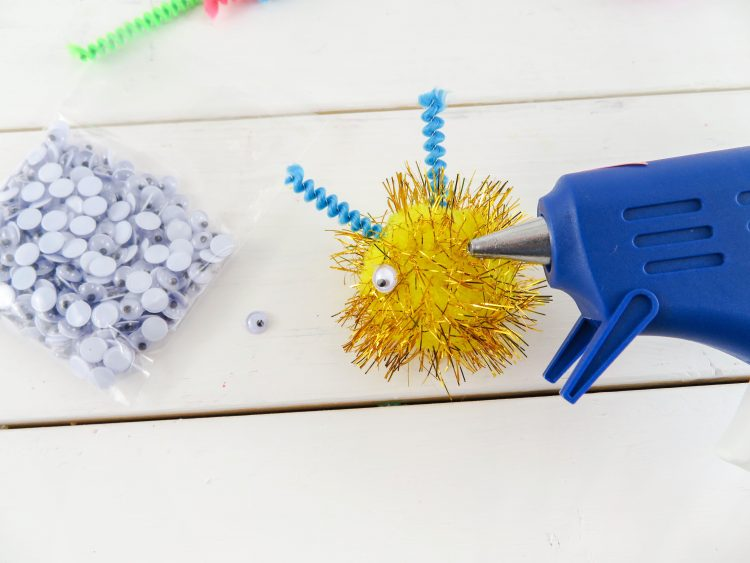 These Pom Pom Monsters are and easy kids craft! | OHMY-CREATIVE.COM | Valentine's Day Craft | Valentine Pom Pom Monsters | pom pom craft | preschool craft | kindergarten craft | pom pom animals | pom pom creatures