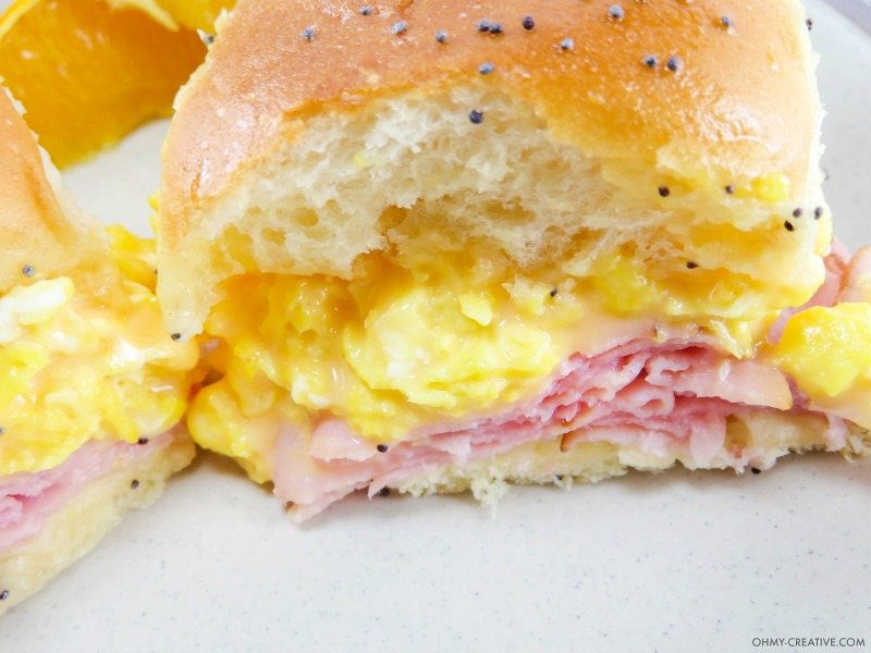 These Breakfast Hawaiian Ham and Cheese Sliders are perfect to serve for breakfast, brunch or dinner! OHMY-CREATIVE.COM   game day sliders   brunch sliders   breakfast sliders   egg sliders   ham and cheese sliders   egg recipe   breakfast recipe   brunch recipe   Kings Hawaiian rolls   kings Hawaiian sliders