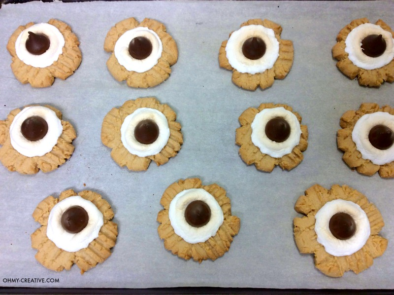 S'mores Hershey Kiss Cookies Recipe | OHMY-CREATIVE.COM | S'mores Cookies | Peanut Butter Blossom Cookies | Smores Dessert | Marshmallow Cookies | Peanut Butter Kisses