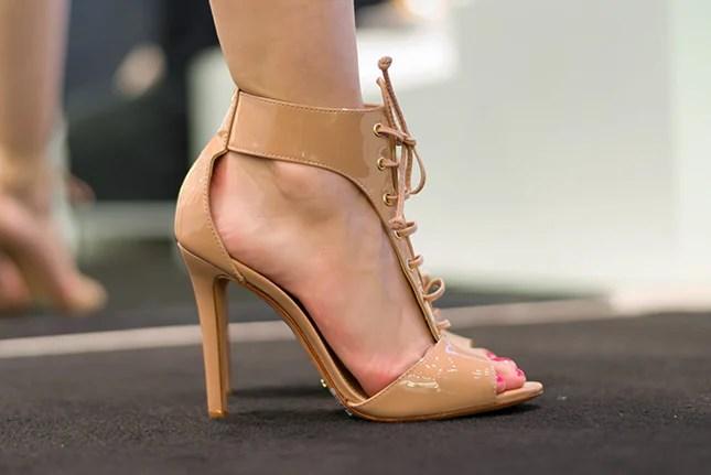 Mônica Araújo escolheu sandália com amarrações da Schmitz.