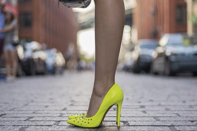 Mônica Araújo em DUMBO, fazendo o guia de Nova York #NYexperience. Sapato Schutz.