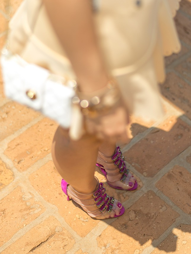 Look em tons neutros com ponto de cor na sandália Schutz,