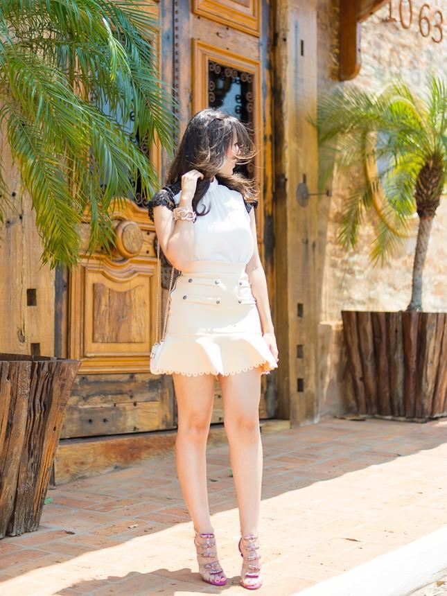 Veja o look em tons neutros da blogger Mônica Araújo com saia Cloude!