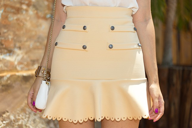 Mônica Araújo, do blog Oh My Closet!, veste saia Cloude.
