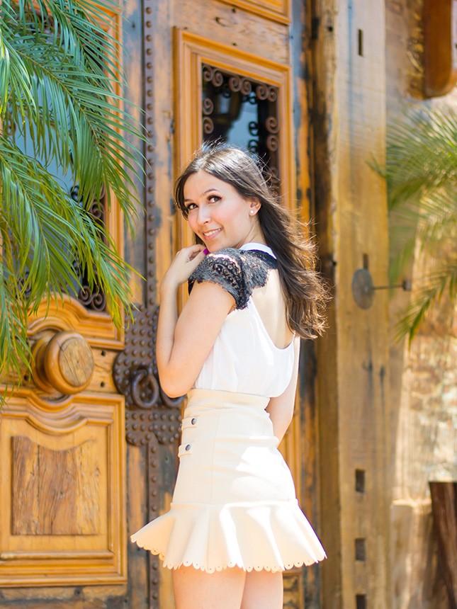 A blogger Mônica Araújo veste blusa com detalhe em renda da Donna Ritz.
