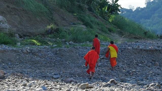 luang-pra-monks