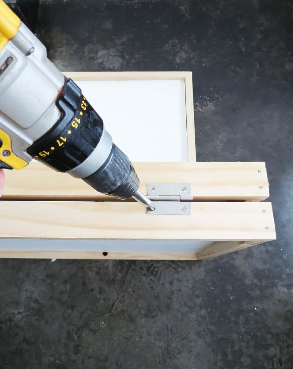screwing room divider hinges