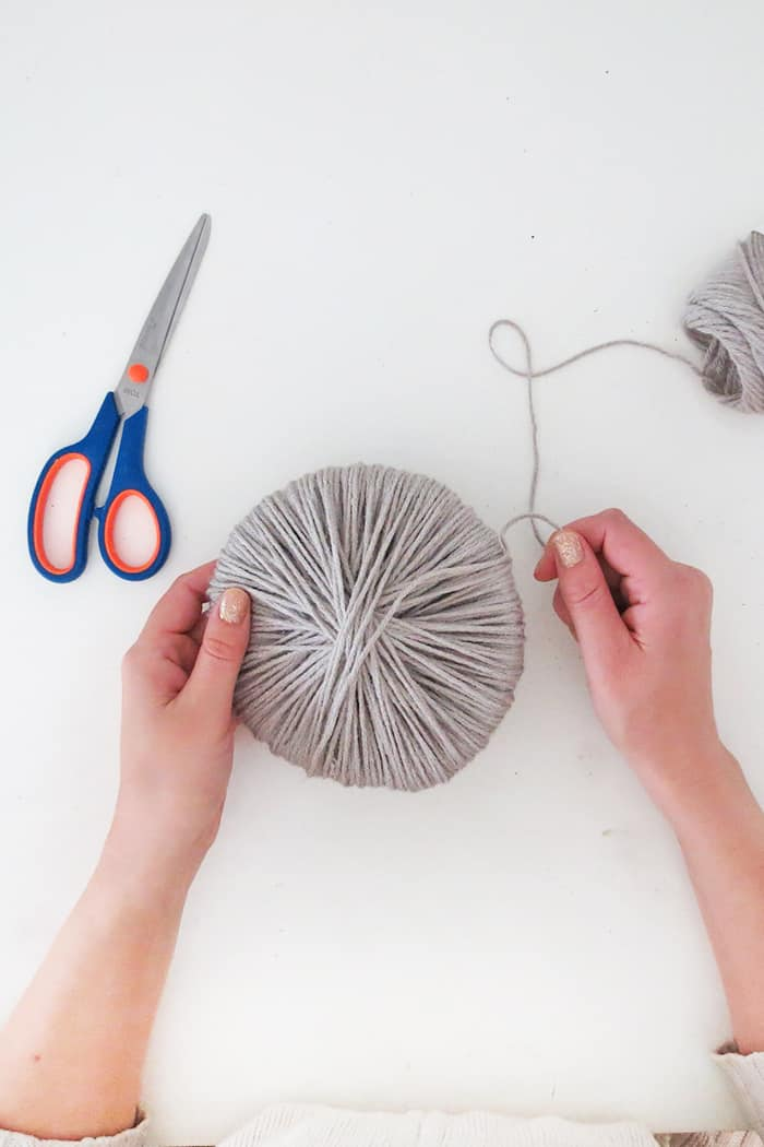 how to wrap yarn to make large pom poms