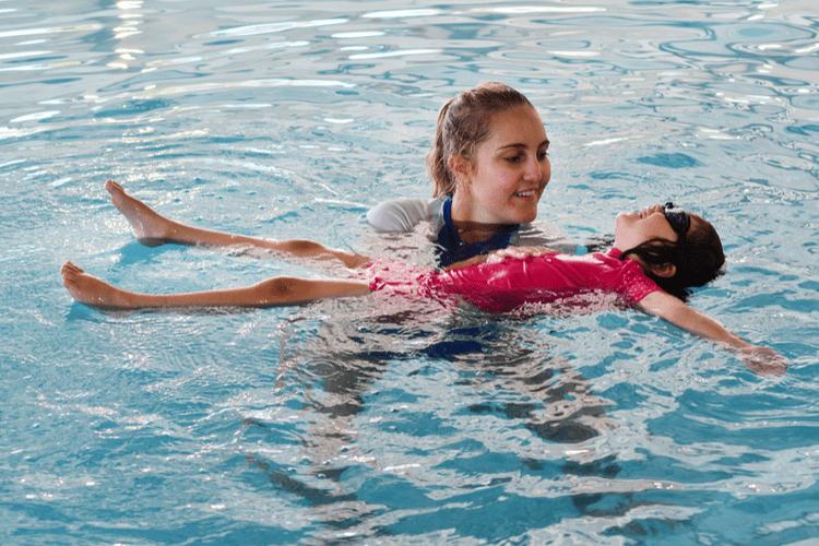 moeder met vier kinderen op zwemles