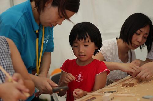 夢中で箸作り体験。