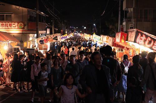 見ているだけで楽しい、人の数!笑い声も沢山飛び交っています。まさに日本のお祭り。