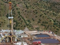 Oil Prices Fall Below $44 as Rigs Continue Climb