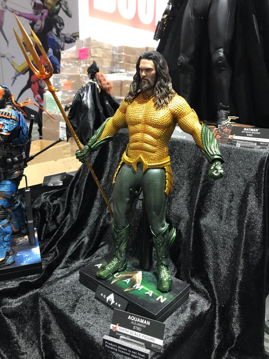 1dba2b268aa67 Esta semana acontece a San Diego Comic Con e uma imagem da estátua do  personagem revelou o visual amarelo e verde bem bacana do personagem.