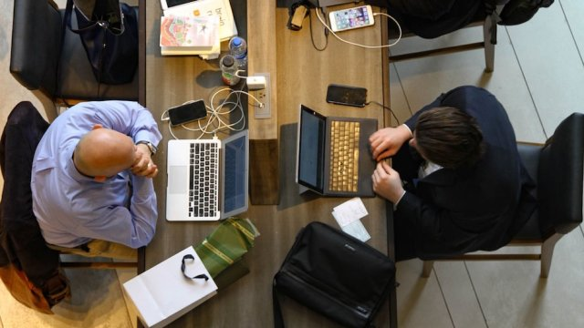 cómo lidiar con compañeros trabajo que te caen mal