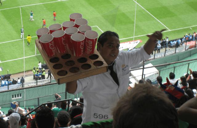 Vendedor de cervezas en el estadio