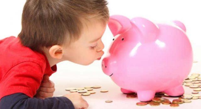Imagen: Un niño se divierte al ahorrar con su alcancía, 23 de octubre de 2019 (Imagen: Especial)