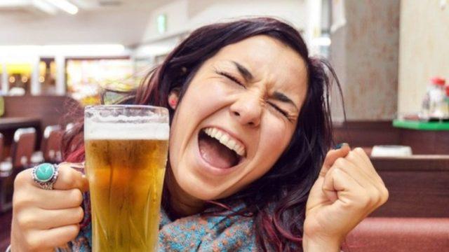 Imagen: Una mujer celebra con un vaso de cerveza, 21 octubre 2019 (Imagen: Especial)