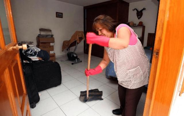 28/11/2019. Actividades domésticas. Mujer limpiando la casa