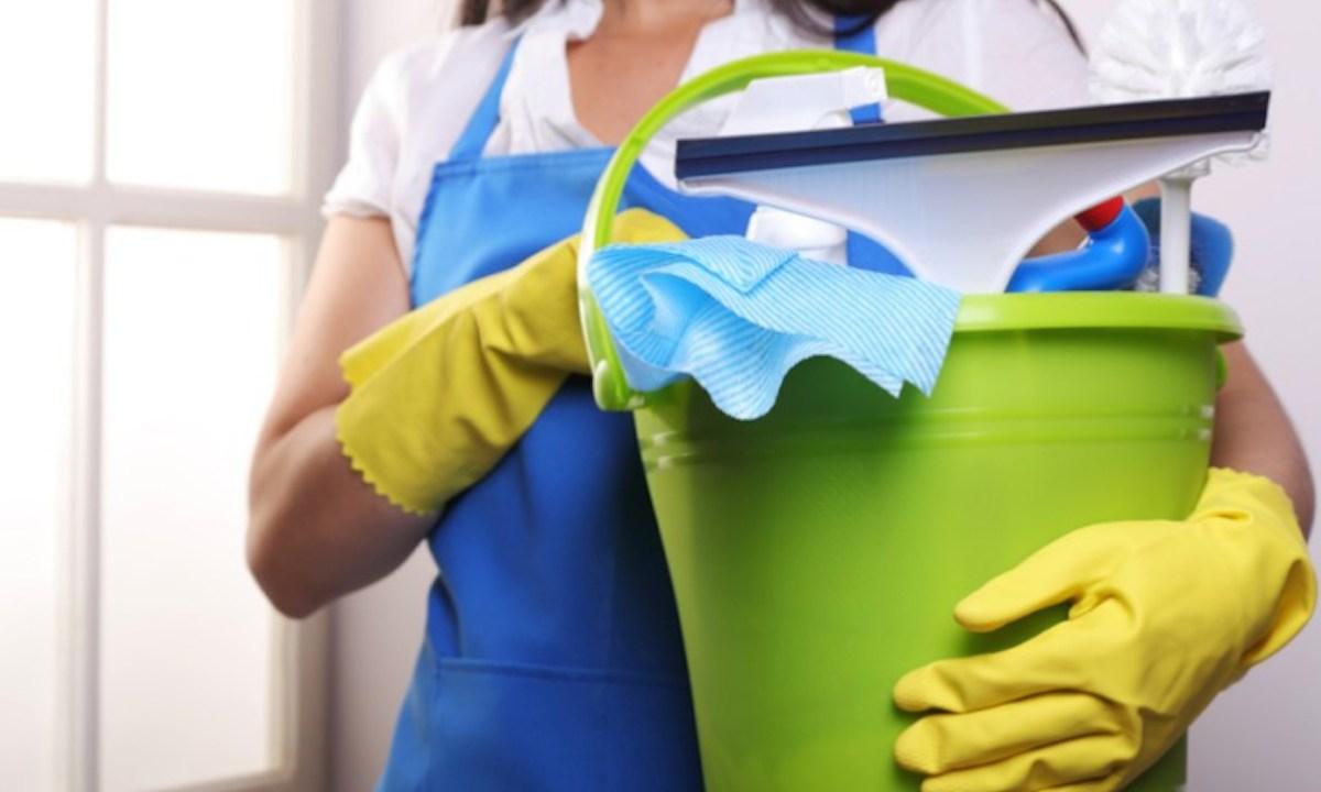 28/11/2019. Trabajo doméstico. Mujer haciendo trabajo doméstico