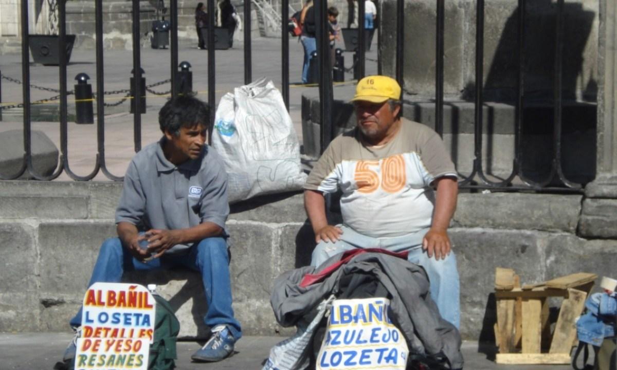 Imagen: Dos personas ofrecen sus servicios en la Ciudad de México, 27 de noviembre de 2019 (Imagen: Especial)