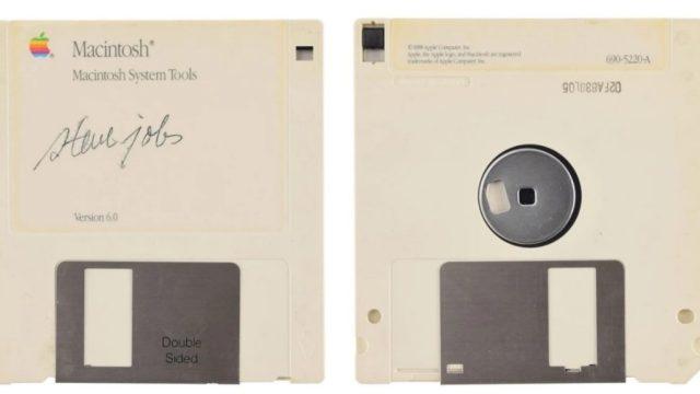 Imagen: Un disquete con la firma de Steve Jobs, 28 de noviembre de 2019 (Imagen: Especial)
