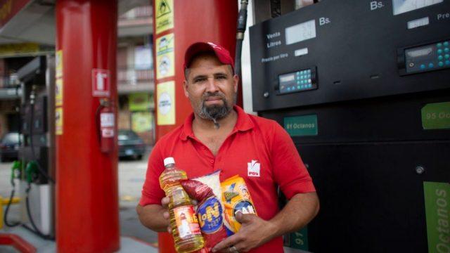 Imagen: Despachador de gasolina en Venezuela acepta el trueque por crisis económica, 5 de noviembre de 2019 (Imagen: Especial)