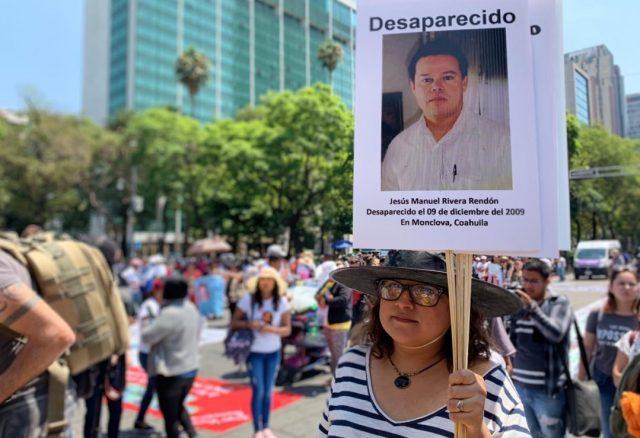 Imagen: Una mujer sostiene un cartel de un familiar desaparecido, 8 de noviembre de 2019 (Imagen: Especial)