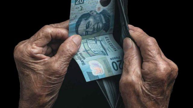 Imagen: Billete de 20 pesos que saca de su billetera un anciano en México, 12 de noviembre de 2019 (Imagen: Especial)