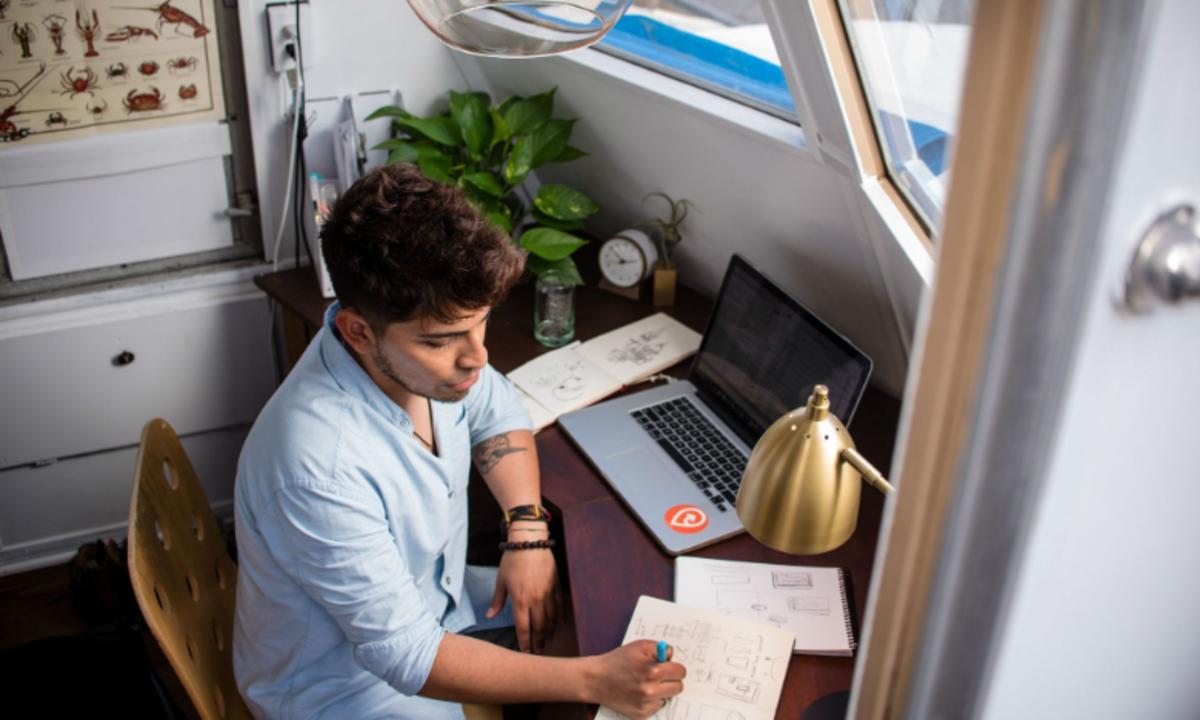 27 de diciembre 2019,Cuanto ganan los freelancer, joven, empleado, freelancer, trabajador independiente, computadora, libreta