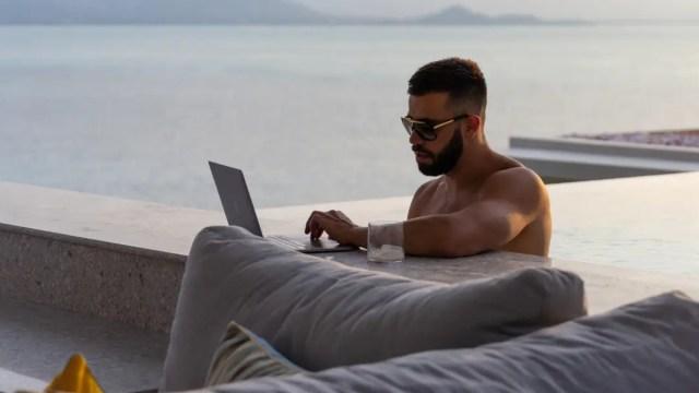 20 de diciembre 2019, Empresario busca fotográfo personal, empresario, persona, viajes, alberca, computadora, trabajo