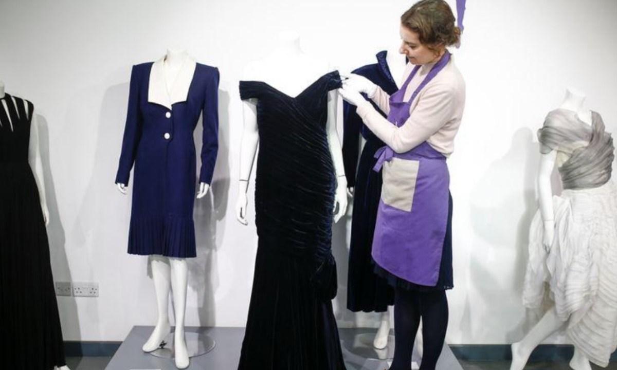 9 de diciembre de 2019, Subasta, Lady Di, Travolta, dinero, Vestido de terciopelo azul medianoche que la princesa Diana usó con Travolta (Imagen: Especial)