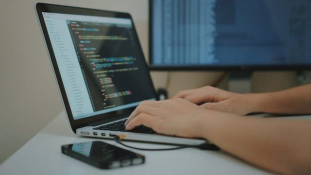 17 de diciembre de 2019, programación, google, aprender, dinero, trabajo, una persona realiza programación (Imagen: Especial)