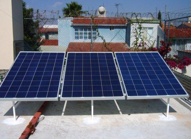3 de diciembre de 2019, paneles-solares-instalados-casa-podran-vender-luz-vecinos, instalación de paneles solares en la azotea de una casa (Imagen: Especial)