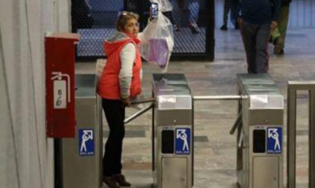19 de diciembre de 2019, metro, finanzas personales, una mujer evade el pago del Metro (Imagen: Especial)